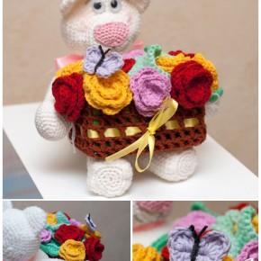 Медвежонок с корзиной цветов крючком