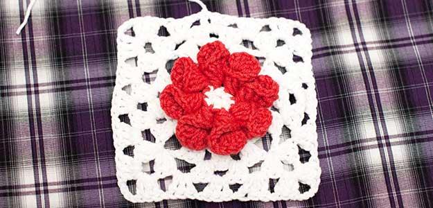 Бабушкин квадрат с объемным цветком