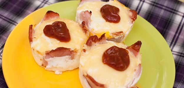 Запеченное яйцо с сыром и ветчиной