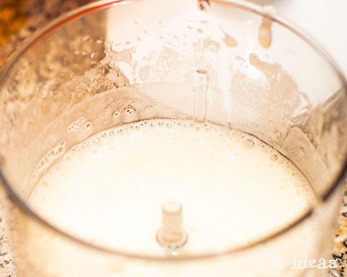 Белки взбиваем в густую пену и добавляем сахар